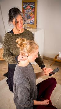 © Gesellschaft für F.M.Alexander Technik Österreich / Richtige Haltung bei Smartphone-Nutzung 1 / Zum Vergrößern auf das Bild klicken