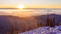 © Daniel Fischer_Adobe Stock / Skigebiet, Bayern - Sonnenaufgang am Lusen / Zum Vergrößern auf das Bild klicken