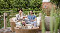 © Deutsche Zentrale für Tourismus e.V./Günter Standl / Wangels: Paar entspannt auf einer Terrasse am See