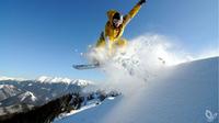 ƒ visitbratislava.com und slovakia.travel / Donovaly, Slowakei - Snowboarder