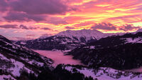 © makasana photo_Adobe Stock / Brigels Waltersburg Adiast, Schweiz - Sonnenuntergang / Zum Vergrößern auf das Bild klicken